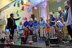 Unter der Leitung von Tobias Zielinski spielt der Musikverein im Kostüm von den Schlümpfen, Pinocchio und Co. bekannte Film- und Musicalmelodien.